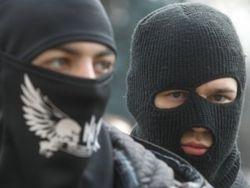 В Луганске вооруженные люди с триколорами прорываются в военкомат