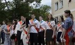 Запевших гимн Украины выпускников и учителей Ялты начали преследовать