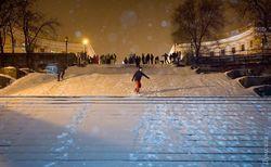 В заснеженной Одессе по Потемкинской лестнице спускаются на сноубордах