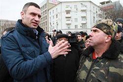 На митинге в Харькове Кличко забросали яйцами и петардами