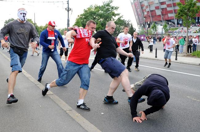 Английский футбольный болельщик осквернил российский флаг в центре Лилля