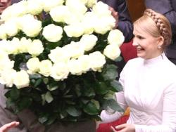 Лидеры оппозиции подарили Тимошенко 365 белых роз