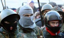 """""""Правый сектор"""" в Славянске не только оставляет визитки, но и представляется"""