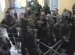 В Луцке люди в масках ворвались в здание УМВД, угрожая спалить его