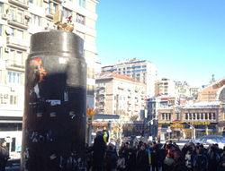На месте снесенной статуи Ленина в Киеве установили позолоченный унитаз