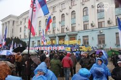 Под стенами парламента Крыма начались стычки