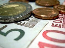 Евро продолжает снижение на фоне геополитических рисков и слабости экономики еврозоны