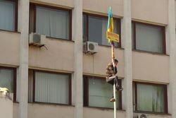 Горсовет Мариуполя освобожден от боевиков, люди разбирают баррикады