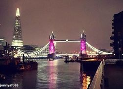 Тауэрский мост в Лондоне в честь рождения принцессы подсветили розовым