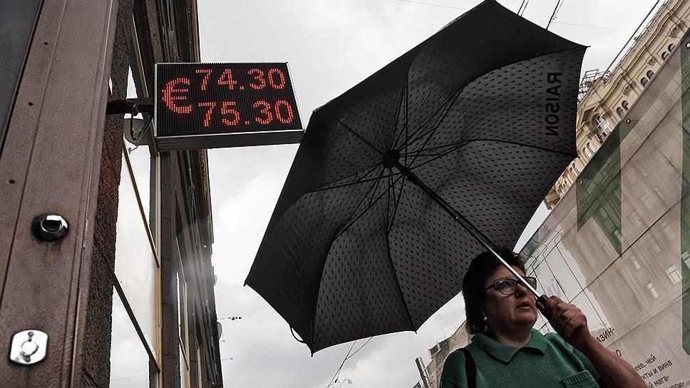 Больше граждан России предпочитают хранить сбережения врублях