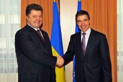 Президент Порошенко наградил генсека НАТО Расмуссена орденом Свободы