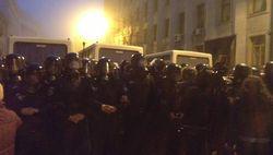 Сотни протестующих провели ночь в центре Киева под присмотром беркутовцев