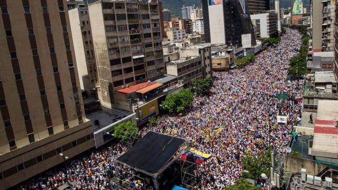ВВенесуэле оппозиционеры митингуют стребованием отставки президента