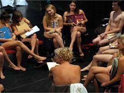 Движение Femen поддержали студенты Венгрии: эротика против дресс-кода