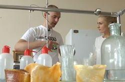 Зачем мыть посуду, если ее можно съесть: украинец поразил мир