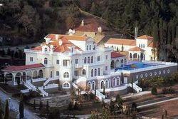 В резиденции Януковича Межигорье охрана проводит экскурсии для всех желающих