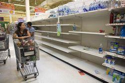 Украинцы скупают керосин, соль, спички в супермаркетах