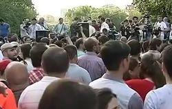 В Ереване зарождается Майдан, в городе начали возводить баррикады