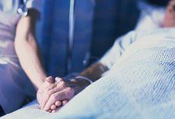 Украинцы, ухаживающие за больными и престарелыми, будут получать пособие