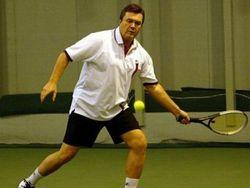 Янукович сыграл в теннис перед объективами видеокамер
