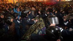 Стычка демонстрантов с милицей под зданием Кабмина