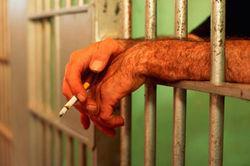 Запрет на курение распространится и на тюрьмы Великобритании