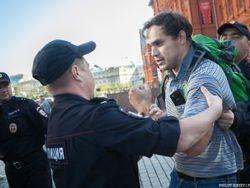За одиночный антивоенный пикет в Москве активисту дали 15 суток