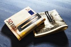 Курс евро укрепился к доллару на Forex до 1.3697