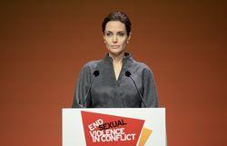 Королева Великобритании присвоила рыцарский титул Анджелине Джоли