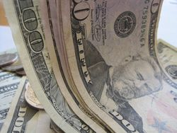 Курс доллара США растёт к мировым валютам на фоне ожидания данных по ВВП