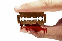 В Запорожье парень порезал себе вены, съел лезвие и убежал
