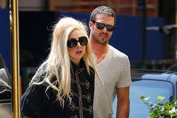 Бойфренд бросил Леди Гага – та слишком много думает о работе