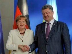 Порошенко поговорил с Меркель о гуманитарных грузах