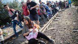 Мигранты прорываются в Венгрию, несмотря на полицейские кордоны