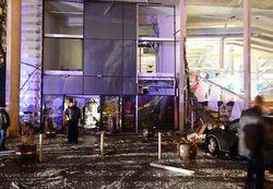 Крыша супермаркета обрушилась в Риге, под завалами люди