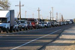 В Крыму на переправе зреет бунт: скопилось 2000 авто