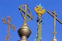 За флаг Украины в Москве россиян посадили под домашний арест