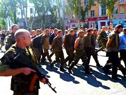 Публичное унижение пленных в Донецке нарушает Женевскую конвенцию – HRW