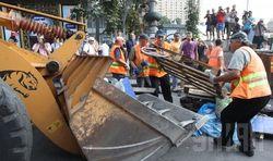Жители Киева с коммунальщиками разбирают баррикады на Майдане
