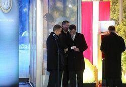 Премьер Латвии снял первые евро в банкомате в Риге