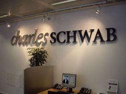 Брокер Charles Schwab представит робота для инвесторов