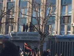 Пророссийские активисты захватили админздания в Донецке и Луганске