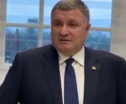 Аваков поручил жестко наказывать за любые наклейки на номерах авто