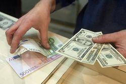 Курс евро на Forex начинает неделю с повышения к доллару