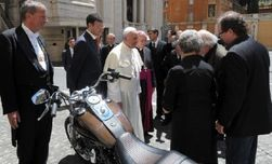 Байк Папы Римского побил рекорд на аукционе в Париже