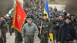 Многокилометровая колонна армии Украины движется к Крыму под овации украинцев