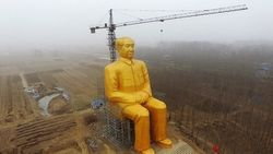 Гигантскую золотую статую Мао Цзэдуна решили снести