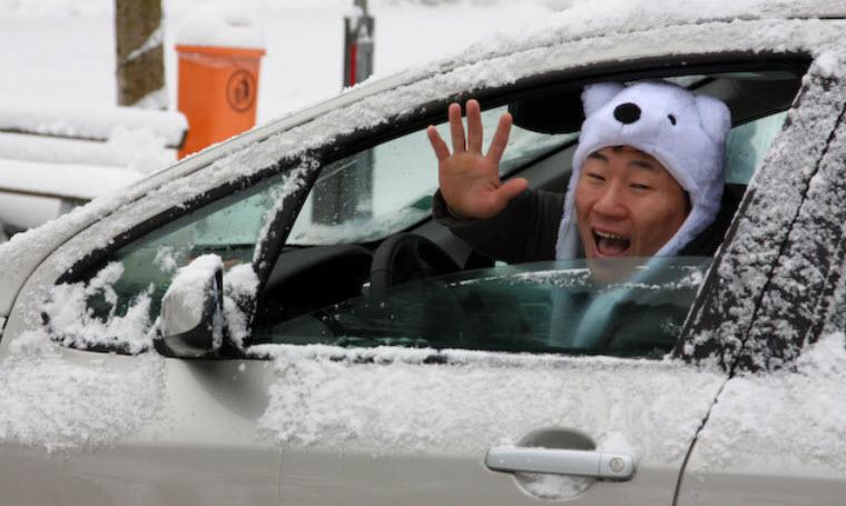 лично мое мнение, что человек в шапке за рулем - это ожидаемый попадос...