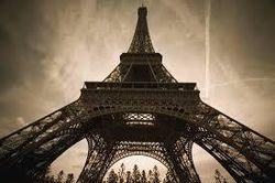 Туристам: на Эйфелевой башне появился стеклянный пол