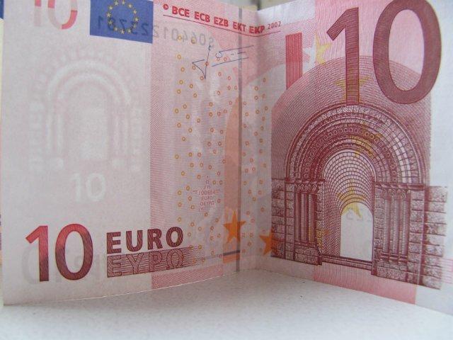 Низкая инфляция в еврозоне укрепляет курс доллара к евро